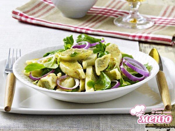 Салат с пельменями и листьями салата